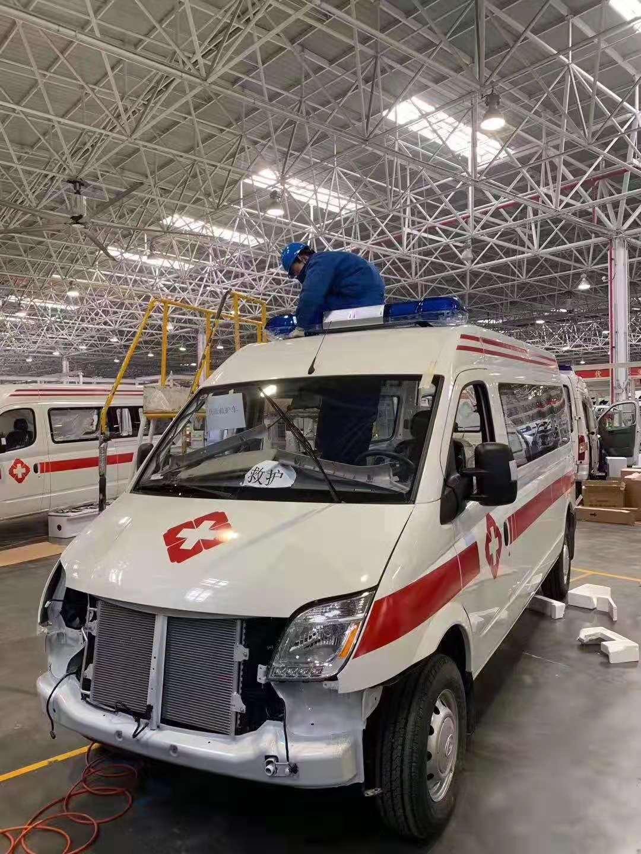 将上汽大通赶制60辆负压救护车驰援武汉,将原本需要30天的生产和改造周期压缩至10天完成。